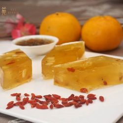 [Kai Garden] With a soothing scent from osmanthus, smooth sweetness from wolfberries, and light crunch from water chestnuts, our Osmanthus Flower Jelly 桂花糕,