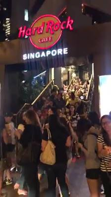 [Hard Rock Café] The die hard fans awaited for more than an hour.