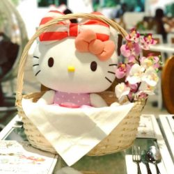 [Hello Kitty Orchid Garden] We're loving how our 2 life-sized mascots at the cafe are always receiving plenty of love from you