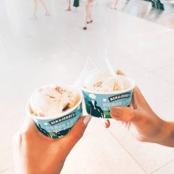 [VivoCity] TGIF! @benandjerrysg is giving you 2 for 1 this Valentine's! From now till 14 Feb, couples will get to