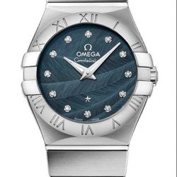 [All Watches] The Omega Constellation Quartz features a blue lacquered dial decorated with a feathered pattern that flows between the iconic claws.