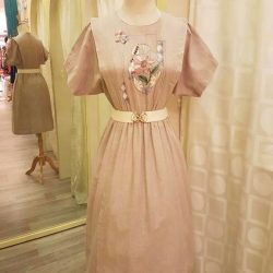 [Que Sera] A pretty cotton vintage with front bodice embroidery.