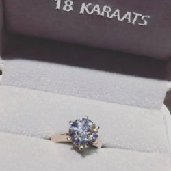 [18 Karaats] 3 carat ideal cut round brilliant set on 18k solid rose gold.