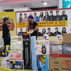 [Gain City] Joakim and Gerald from 987FM are here at the Gain City Megastore at Sungei Kadut!