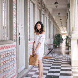 [Aldo] Daytime strolling in a carefree outfit and the perfect pair of knot sliders, Prettie 📸: Amelyn Beverly