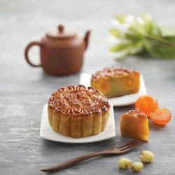 [Treasures - by Imperial Treasure] Smooth white lotus paste and egg yolk are enveloped in fragrant baked crust - Traditional mooncake for the festive!