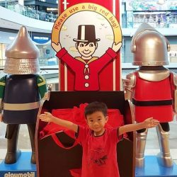 [Hamleys of London] Please use a big red bag, so that your arms will be free to hug a cuddly bear!