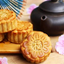 [Standard Chartered Bank] Indulge in a sweet treat of mooncakes with your loved ones this Mid-Autumn Festival.