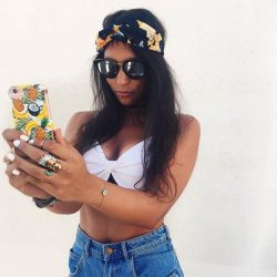 [MUJOSH] How about take a selfie with the classic fashion sunnies.