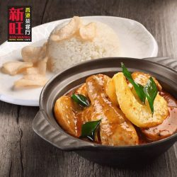 [XIN WANG HONGKONG CAFE] Drench your rice with curry or dip in pieces of bread.