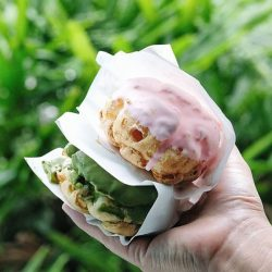 """[Beard Papa Singapore] ChristmasSpecial""""Would it be the matcha or strawberry eclair puff for you?"""